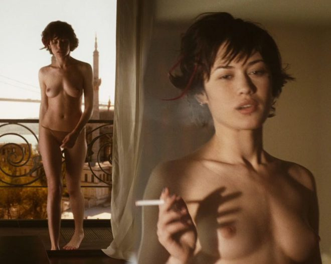 Emilia clarke stripped exposing her breasts - 2 part 1