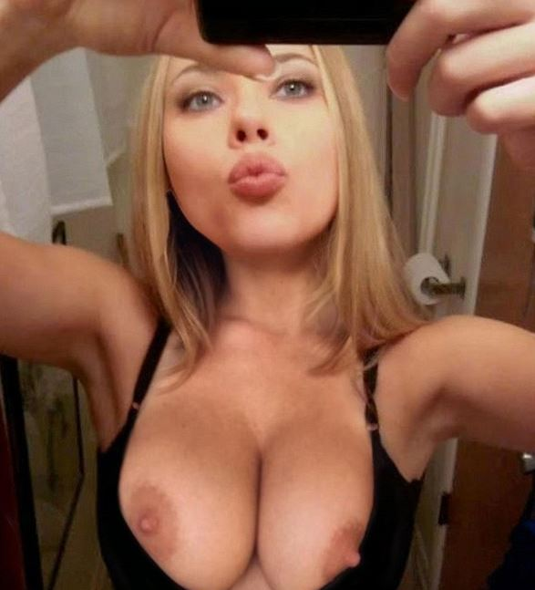 SCARLETT JOHANSSON takes a topless selfie. Celeb boobs private nude leaks